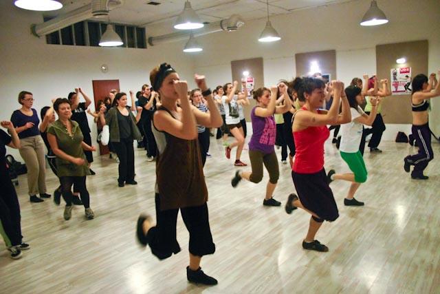 UDZ - Tańcz w Wielkim mieście! Ciekawe choreografie i zaparowane lustra... Relacja z pokazowych zajęć Zumby